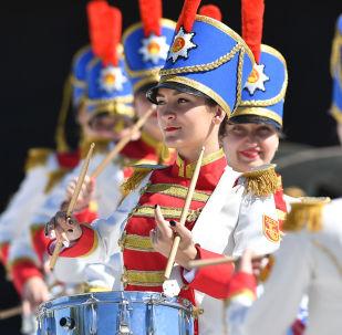 博罗季诺国家军事历史保护区博物馆内真人国际象棋比赛上的女鼓手。