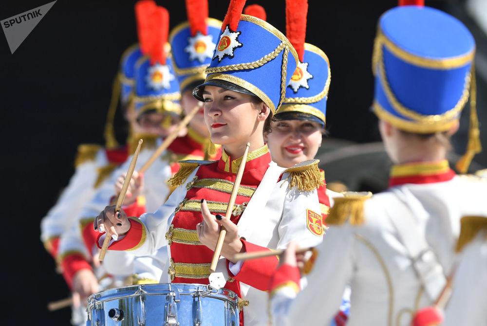 博羅季諾國家軍事歷史保護區博物館內真人國際象棋比賽上的女鼓手。