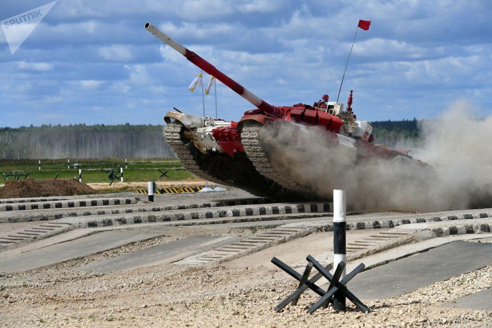 俄軍隊伍在莫斯科州阿拉比諾訓練場參加國際軍事比賽-2017坦克兩項接力賽半決賽。