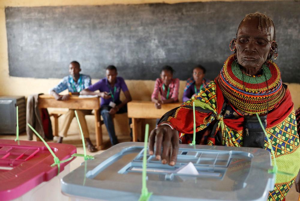 一名非洲圖爾卡納女子在肯尼亞選舉中投票