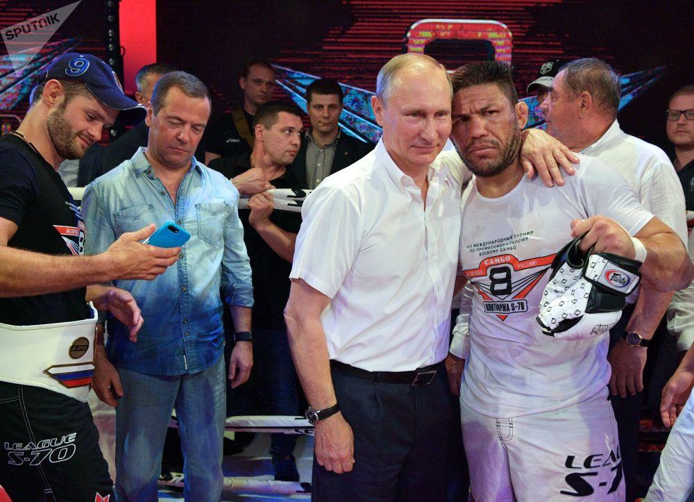 俄羅斯總統弗拉基米爾·普京與巴西跆拳道和拳擊冠軍路易斯·塞爾吉奧在索契「Plotforma S-70」國際實戰桑搏競賽上。