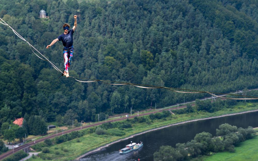 走鋼絲的極限挑戰者走過德國易北河上空的繩索