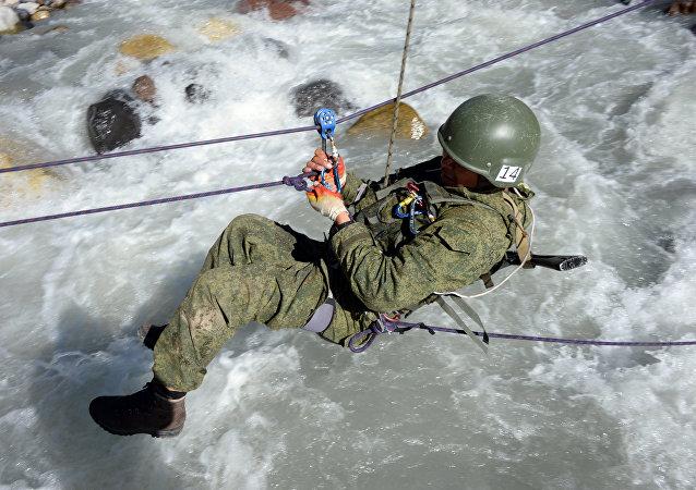 """""""厄尔布鲁士之环""""军人登山比赛"""