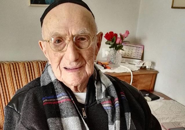 世界上最长寿的男子伊斯雷尔·克里斯塔尔