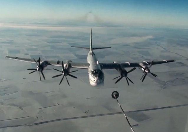 图-95MS飞机进行空中加油演习