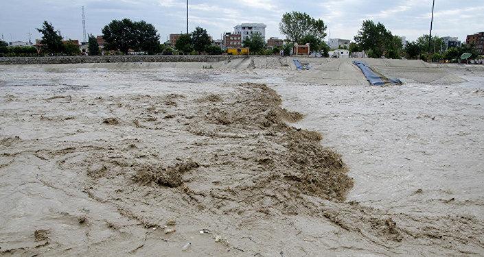"""此前有消息称,灾害导致40人死亡。 内务部发言人向该社表示,""""从8月11日至今至少有40人因水灾和泥石流死亡。""""他指出,搜救部门正在灾害现场继续工作并向受害者提供救助。 该国内务部部长助理Laxmi Pun向路透社表示,""""死者人数可能上涨,因为我们还在进行最后的伤亡统计。"""" 内务部官员透露,因灾害天气已经有5千人被疏散,3."""