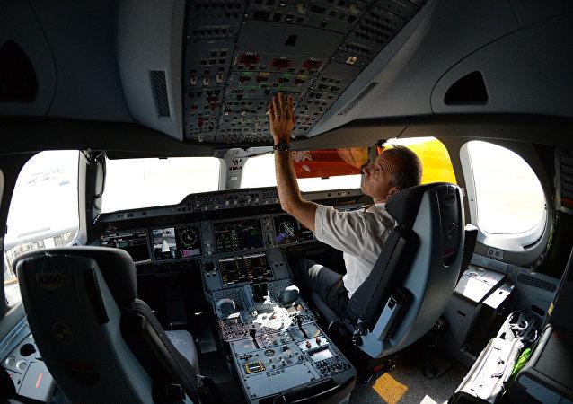 俄交通部:俄罗斯飞行员的工作条件不逊于中国