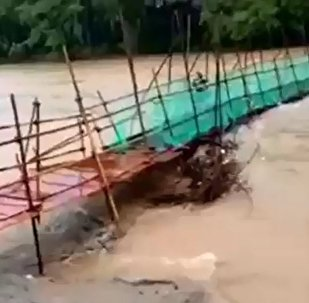 桂林水灾惊险一幕:刚刚跑下桥 简易桥就塌了