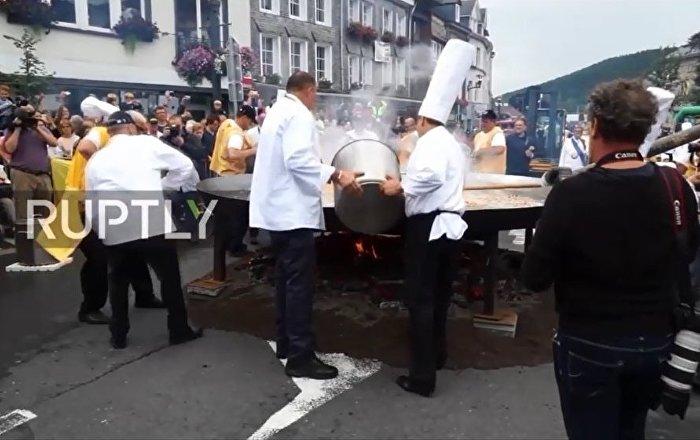 比利时小城用1万颗鸡蛋制作直径4米超大鸡蛋饼