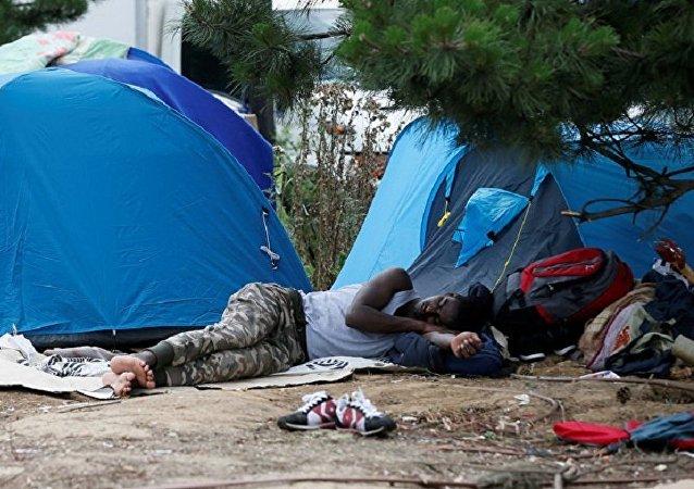 法国警方清除巴黎郊区的移民营地