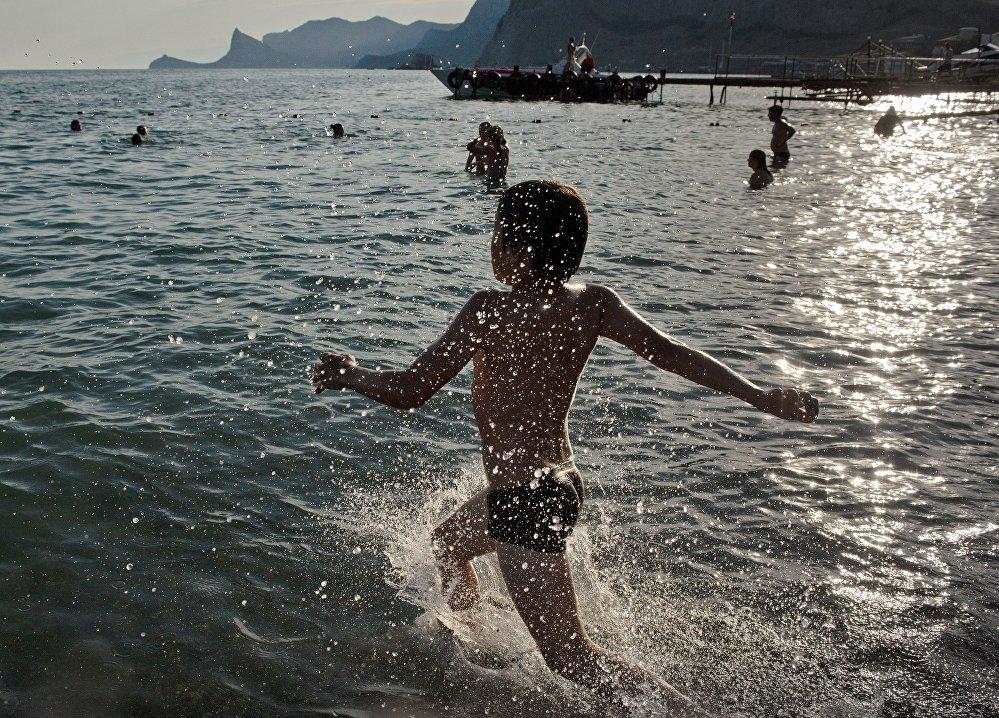 男孩在克里米亞的海灘上