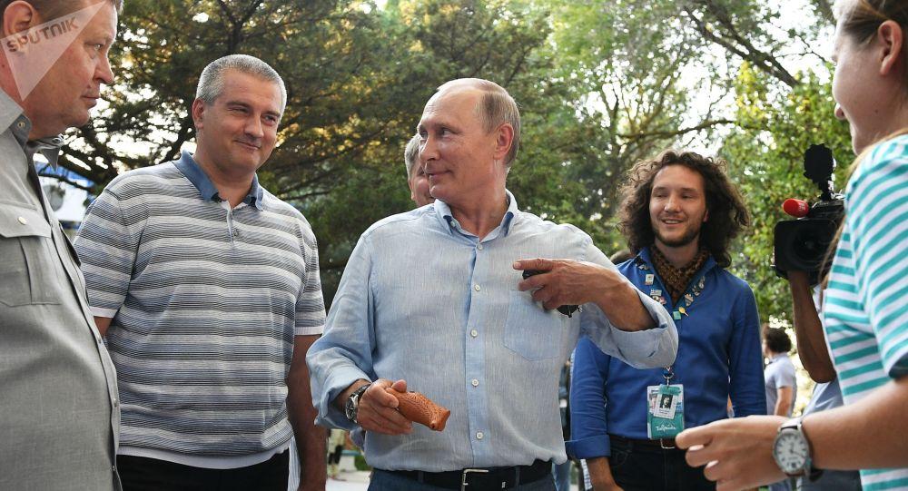 普京20日在克里米亚出席特瑞德青年论坛时