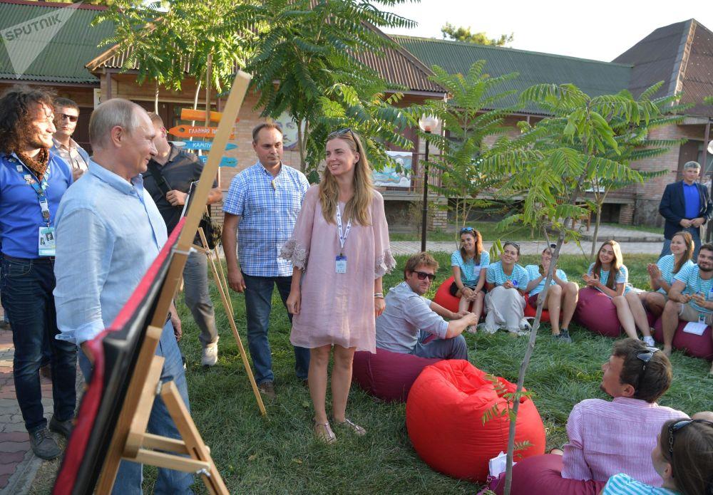 俄罗斯总统弗拉基米尔·普京了解创意团队的主题展览。