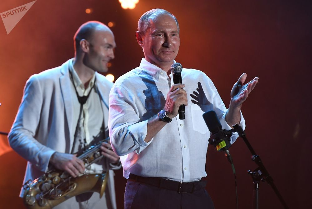 """俄罗斯总统弗拉基米尔·普京出席国际爵士乐联欢节""""科克特贝尔爵士派对""""。"""