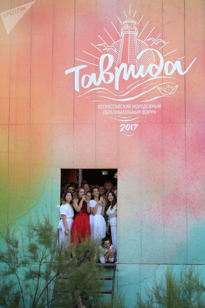 """年度""""塔夫里达""""(Tavrida)全俄青年教育论坛的参与者。"""
