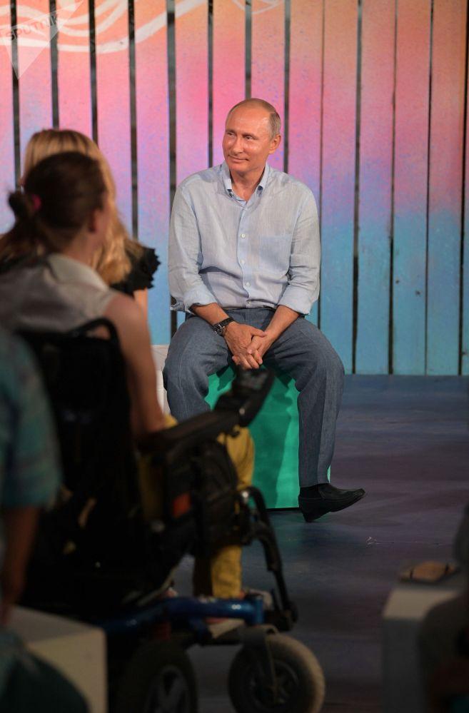 """俄罗斯总统弗拉基米尔·普京与""""塔夫里达""""(Tavrida)全俄青年教育论坛的组织者和参与者进行交流。"""