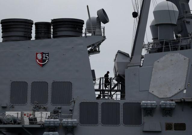Люди на борту американского военного эсминеца USS John S. McCain после столкновения с нефтяным танкером Alnic MC в Южно-Китайском море