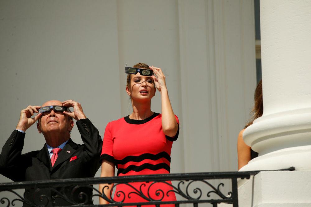 美国商务部长威尔伯·罗斯和总统高级顾问伊万卡·特朗普在白宫观看日食。