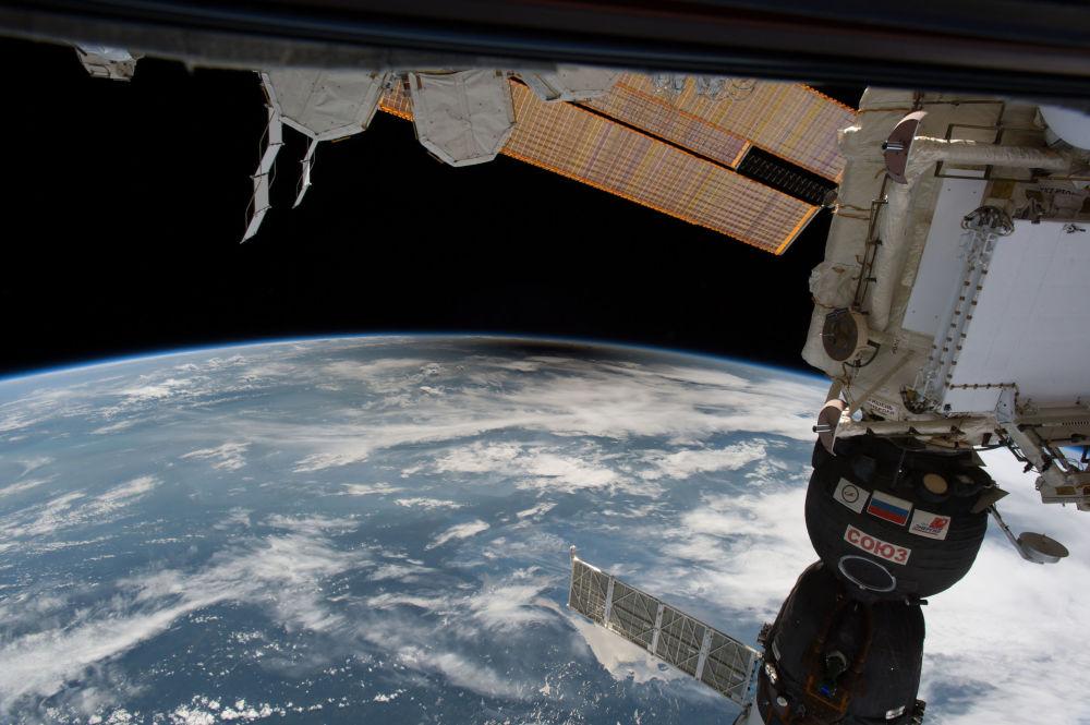 国际空间站拍摄的日食时美国上方的月球影子