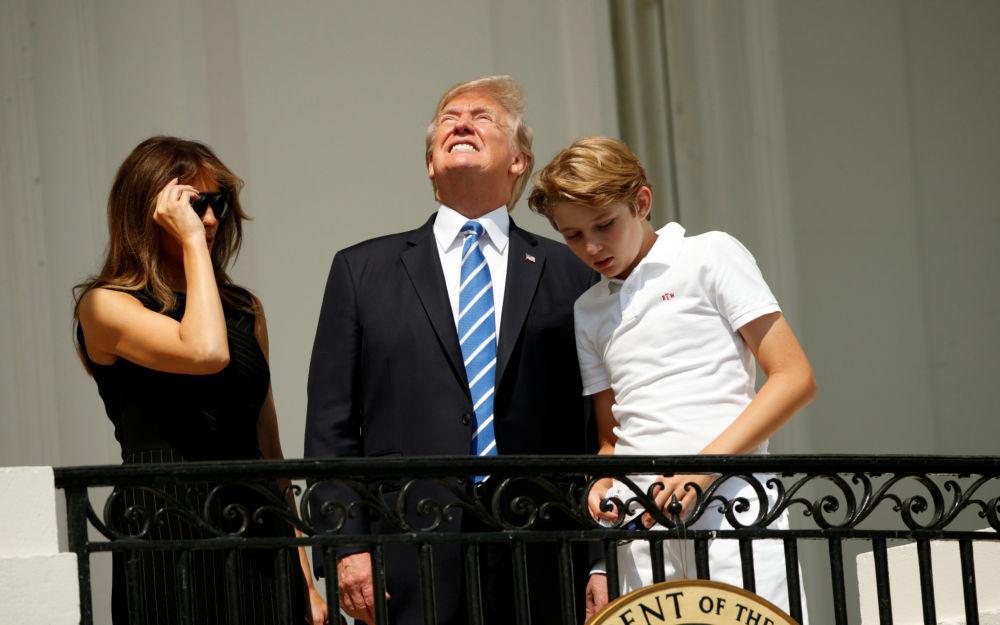 美国总统唐纳德特朗普与妻子梅拉尼亚和儿子在白宫观看日食