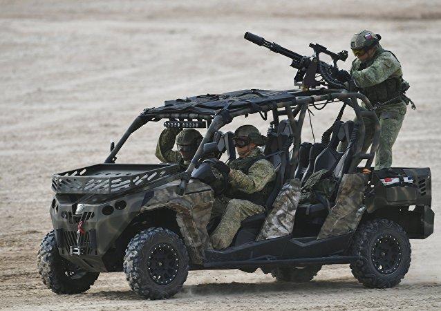 """俄军人在""""军队-2017""""论坛上首次驾""""巴吉车""""展示在叙作战技能"""