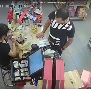 老外在便利店偷走店員手機
