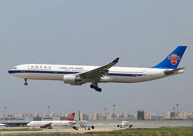 中国南方航空公司飞机在北京首都机场滑出起飞跑道