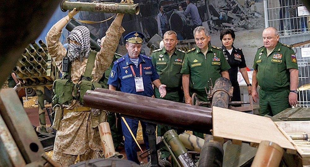 """俄防长在""""军队-2017""""论坛期间参观缴获的叙武装分子武器"""