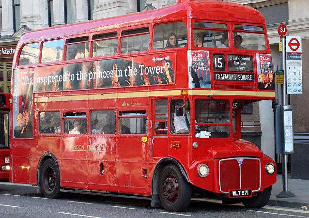 红色双层巴士