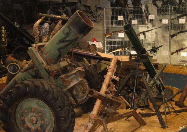 叙军展示从武装分子手中缴获的武器装备