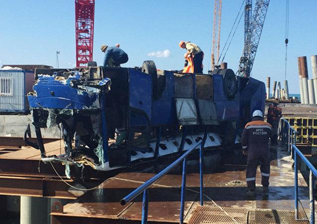 俄交通部门:落水客车沿码头内部道路行驶