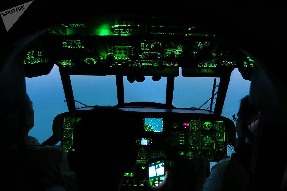 飞行员进行模拟飞行