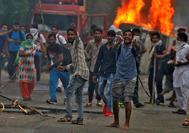 媒体:因印度精神领袖被判有罪而引发的骚乱导致30人死亡