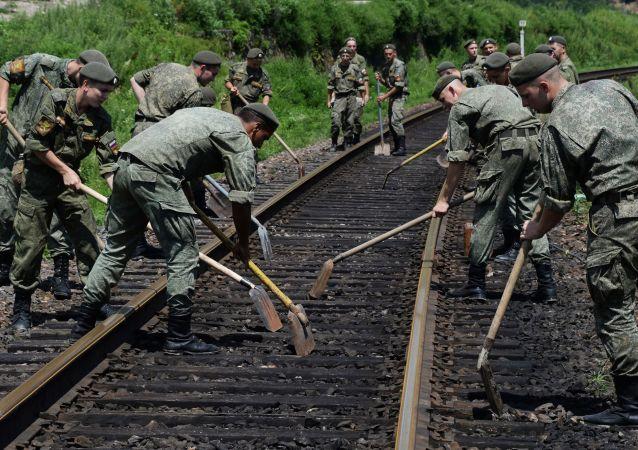 滨海边疆区洪水遭遇后 俄官兵继续抢修道路