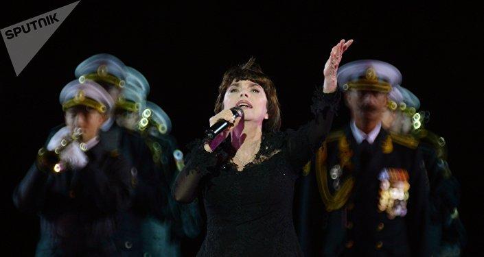 """法国歌手米雷耶∙马蒂厄参加第十届""""斯巴斯卡亚塔楼""""国际军乐节开幕式"""