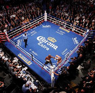梅威瑟在美国拉斯维加斯与麦克格雷戈进行的初中量级拳击比赛