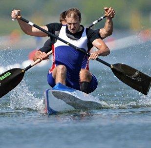 俄罗斯运动员亚历山大﹒科瓦连科(在前门)