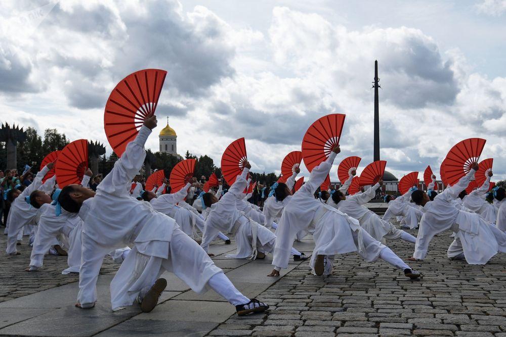 武当山武术团亮相军乐节