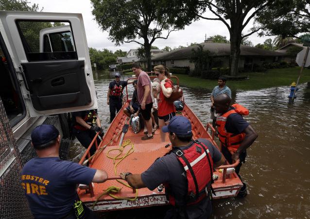 休斯敦当局改变宵禁时间以便于救援行动