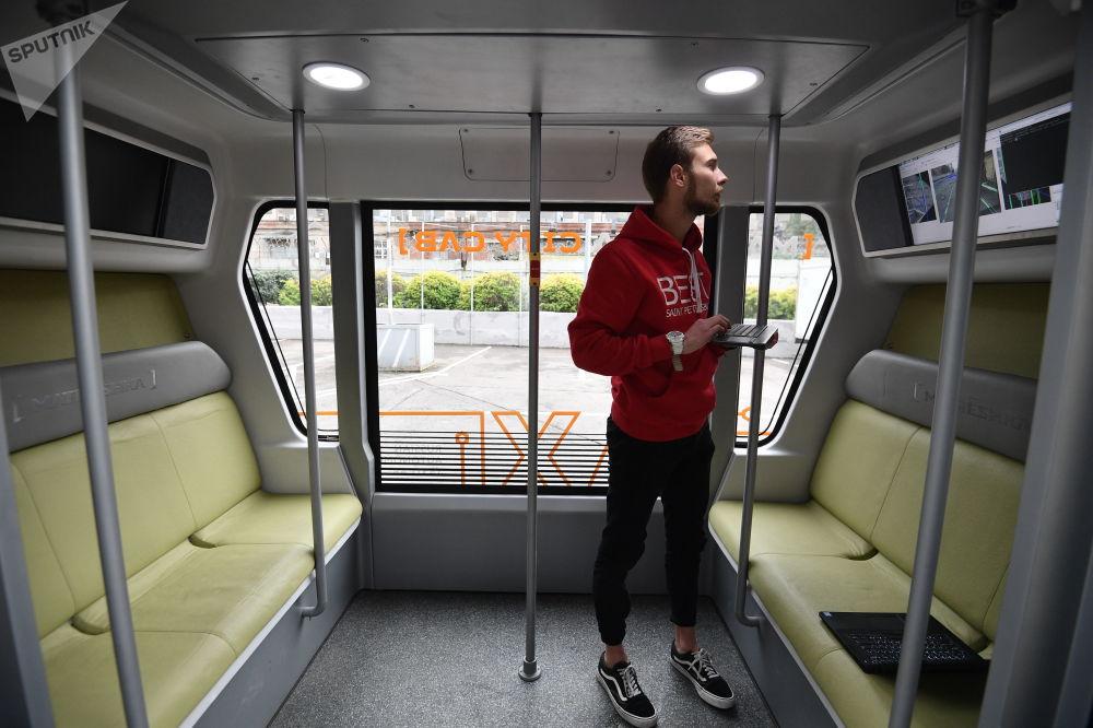 无人驾驶巴士将借助导航和车身传感器辨别方向,可察觉一两米外的障碍。