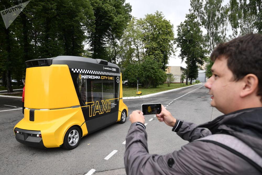 目前正在测试的是M2B8型无人驾驶巴士,可同时容纳12人。