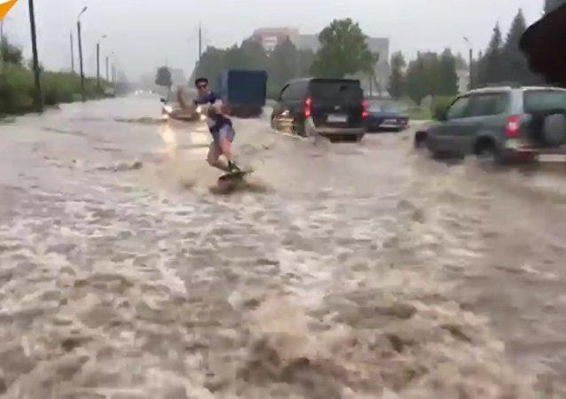 一名男子在市中心水洼里滑水