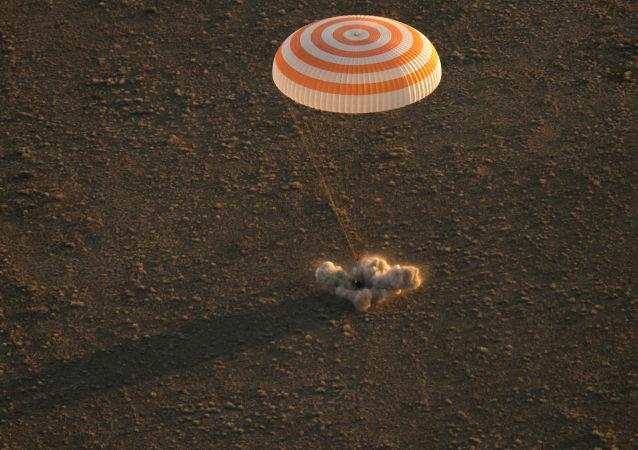 俄地面飞行控制中心:三名宇航员已从国际空间站返回地球