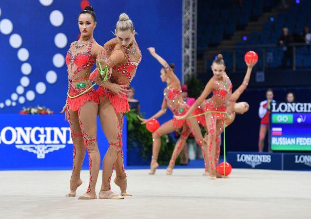 俄罗斯国家队女运动员们利用三个球、两个跳绳及五个体操环完成体操动作