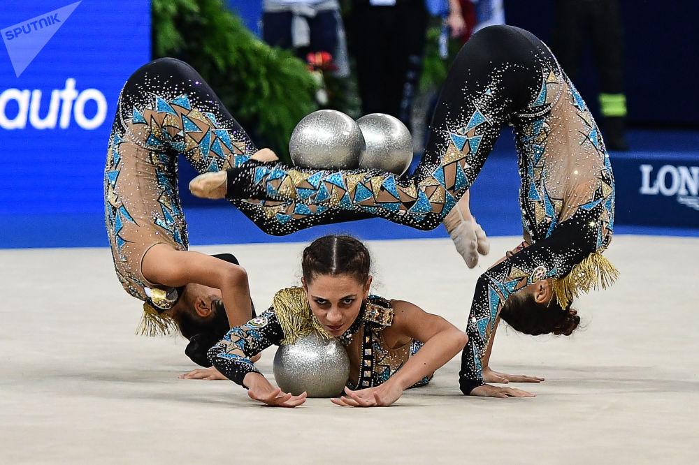 阿塞拜疆国家队的女运动员们利用三个球及两个跳绳完成体操动作