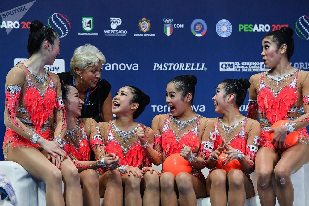 日本国家队的女运动员们利用三个球及两个跳绳完成体操动作