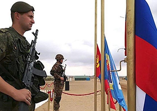 """俄坦克兵教授蒙古士兵如何""""旋转开火"""""""