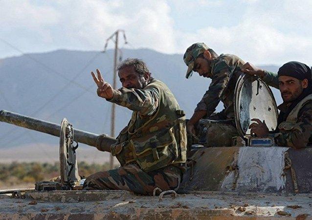 """叙总统新闻处:阿萨德对代尔祖尔保卫者突破""""伊国""""的包围表示祝贺"""