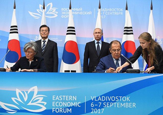 俄韩在东方经济论坛两国元首会谈后签署一揽子文件