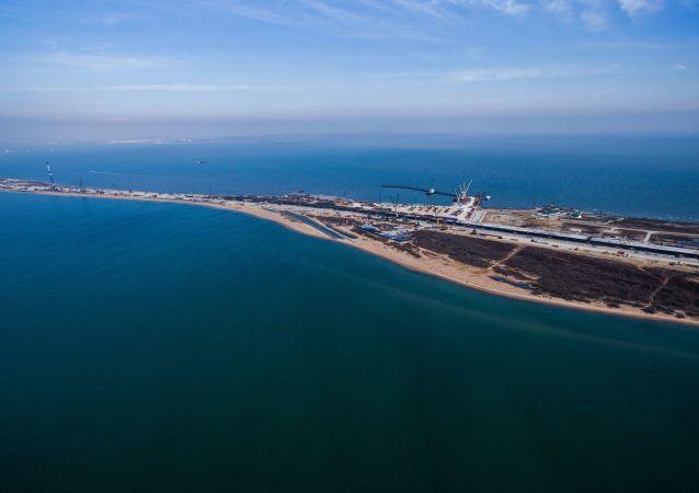 俄联邦海军军舰通过克里米亚拱形桥下的视频被公布